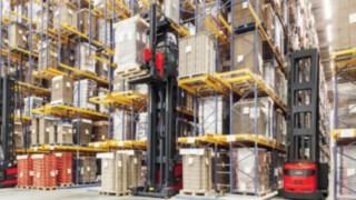 Dos carretillas de pasillo estrecho (VNA) de Linde Material Handling en acción en un almacén de estanterías altas.