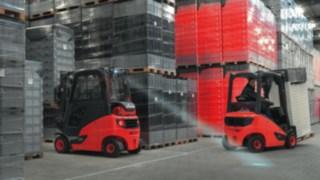 Carretilla Linde con iluminación LED transportando carga en el almacén