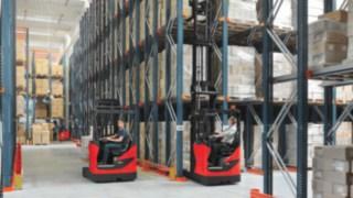 Carretillas retráctiles Linde R14 - R17 X en un almacén de estanterías altas